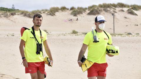 Socorristas en la playa de A Frouxeira, en Valdoviño, este mes de julio