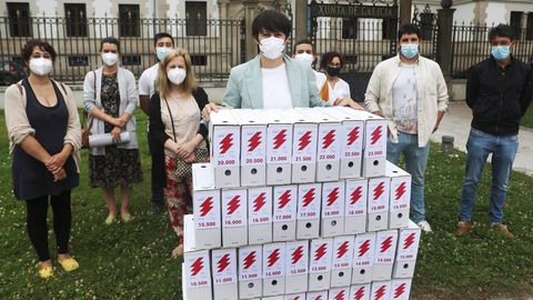 Pontón y otros representantes del BNG posando ante San Caetano con las firmas recogidas