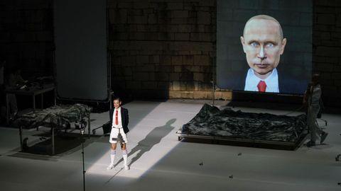 Una de las escenas de la obra «Señor Serrano» en el auditorio do Castelo de Ribadavia