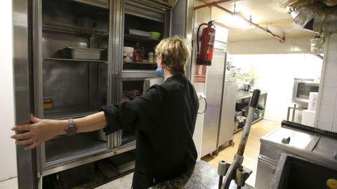 La titular del restaurante A Trasanquesa, ante una de las cámaras frigoríficas que el ladrón saqueó la madrugada del pasado domingo