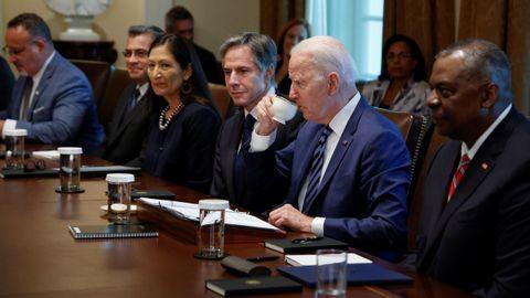 Joe Biden se toma un café durante la reunión con su Gabinete, en la que analizó los seis primeros meses de su estancia en la Casa Blanca