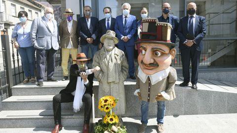 Los participantes en el homenaje a Laxeiro, con el ramo de girasoles en su honor y uno de los cabezudos inspirados en uno de sus cuadros.