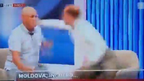 Imagen de vídeo del exviceministro del Interior de Moldavia, Ghenadie Cosovan, recibiendo un puñetazo de Sergiu Tofilat, exasesor de la presidenta, Maia Sandu, después de que lo insultara y le lanzara un vaso de agua a la cara