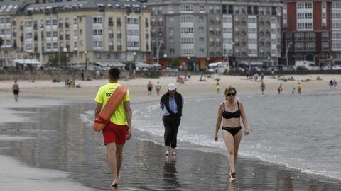 Dos socorristas se turnan estos días en la playa de Covas por el positivo de un tercer compañero