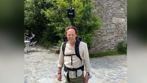 Uno de los integrantes de Ceres Ingeniería con la mochila que lleva incorporada la cámara