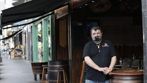 Domingo González, propietario de tres locales hosteleros en Cantarrana, Viveiro, califica de «peche encuberto» las nuevas restricciones