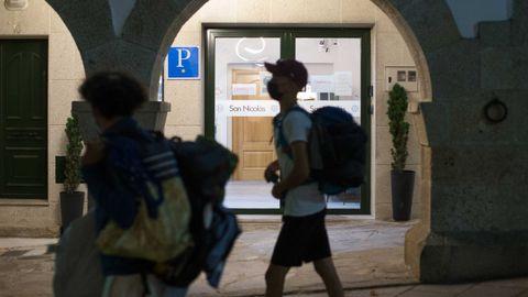 Un peregrino pasaba ayer frente a un albergue de Portomarín que estaba completo