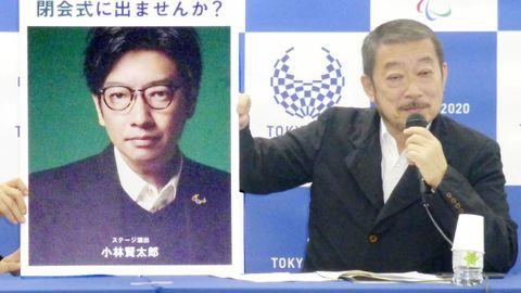 Hiroshi Sasaki, director creativo de los Juegos de Tokio, muestra el retrato de Kentaro Kobayashi durante una rueda de prensa