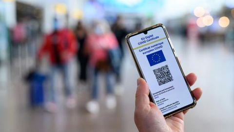 Una persona muestra su certificado o pasaporte covid que se puede llevar en el teléfono móvil y es válido dentro de la UE