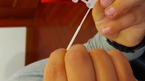 El bastoncillo se introduce en el tubo con una solución que incluye el kit