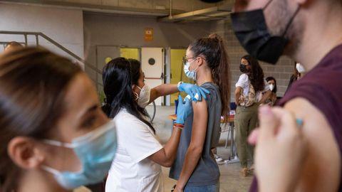 Estudiantes Erasmus vacunándose contra el covid