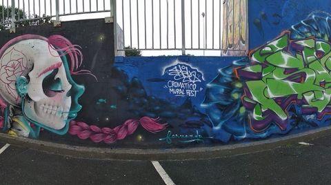 El Cromático Mural Fest programa una visita guiada, con inscripción previa, para recorrer en bus, el 30 de julio, los murales que se han realizado en este certamen desde su primera edición, como el de la imagen (hecho por la artista Ferchiiito). Actualmente hay 13 ya realizados y se complementará este año con otros cinco.