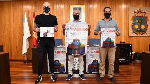 Dani Mallo, Óscar García Patiño y Arcadi Poch mostrando el cartel del Cromático Mural Fest