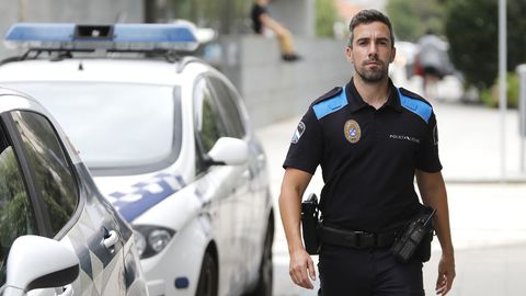 El agente Javier Padín en la comisaría de Cangas
