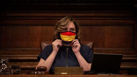 La alcaldesa de Barcelona, Ada Colau, con un mascarilla con la bandera republicana en la sesión celebrada este viernes