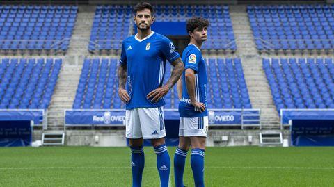 David Costas y Javi Mier posan con la nueva camiseta