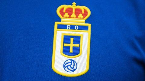 Escudo del Real Oviedo en la nueva camiseta