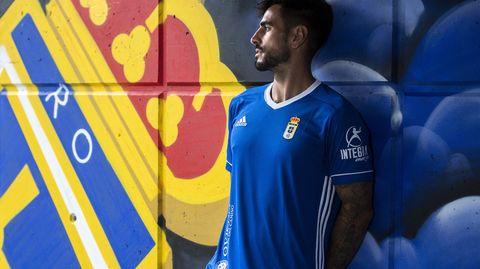 Lateral de la camiseta, con las tres franjas emblemáticas de Adidas