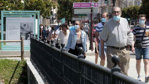 Gente con mascarilla este viernes en el centro de Monforte
