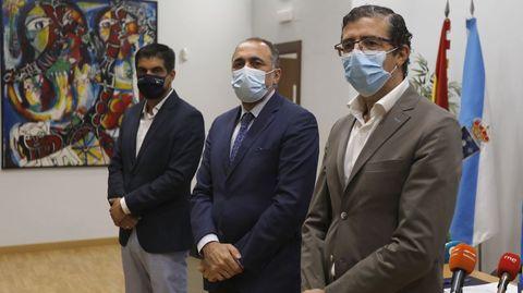 El delegado de la Xunta, Gabriel Alén; el conselleiro de Sanidade, Julio García Comesaña; y el gerente de la EOXI, Félix Rubial.
