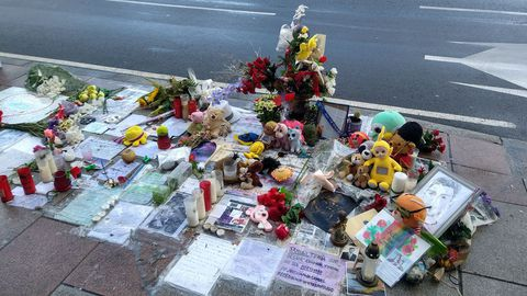 Así se encuentra el altar a Samuel Luiz luego de que varios vecinos del sector lo limpiaran