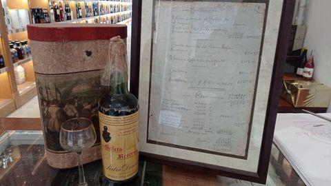Dos  joyas  de la familia Chao: la botella especial de Pedro Domecq a Antonio Chao Vázquez, fundador de Casa Chao, y el documento original del traspaso del local el 26 de julio de 1931