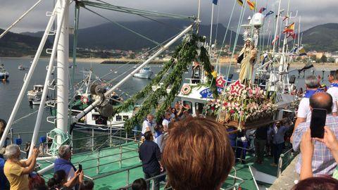 La imagen de la Virgen del Carmen, a bordo del barco Pedriñablanca, en la procesión marítima de 2019, la última que se ha podido celebrar