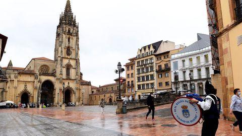 Un gaitero en la Plaza de la Catedral de Oviedo