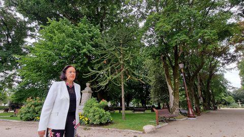 Tere Blanco, diante da araucaria de Chile, a súa árbore favorita do parque