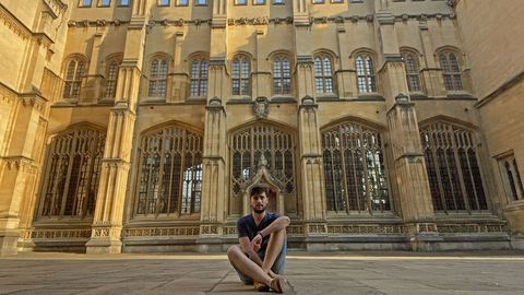 Jorge frente a la Bodleian Library, una de las bibliotecas más conocidas de la Universidad de Oxford.