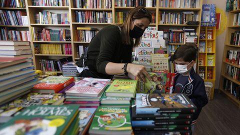 Los niños pueden elegir el libro que quieren llevarse de las librerías con el bono municipal