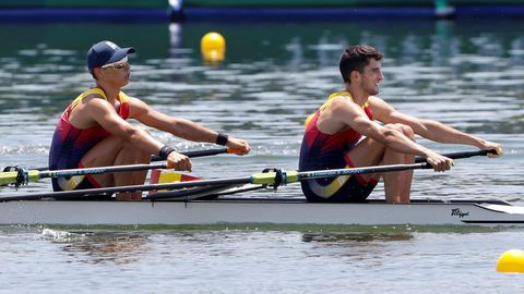 Caetano Horta (i) y Manuel Balastequi de España compiten por la manga 3 del doble scull ligero de remo por los Juegos Olímpicos 2020, este sábado en la Sea Forest Waterway en Tokio (Japón).