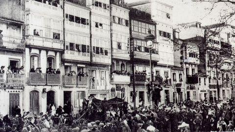 O enterro de Curros: comercios pechados, crespóns negros nas ventás e a bandeira cubrindo o cadaleito. A despedida a Manuel Curros Enríquez (falecido en Cuba en marzo de 1908 e soterrado en abril na Coruña) foi multitudinaria