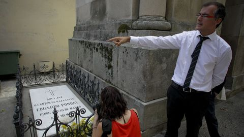 Cemiterio de ilustres:  Eduardo Pondal e Curros Enríquez, dúas das figuras clave do Rexurdimento, están soterrados en Santo Amaro. Tamén Antón Villar Ponte, fundador das Irmandades, Manuel Murguía ou  Luis Seoane.