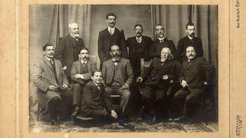 Real Academia Galega: fúndase en 1906 na Coruña. Murguía foi o seu primeiro presidente. A Sociedade de Folklore Galego, creada na Coruña en 1881 e promovida por Emilia Pardo Bazán, foi o seu precedente. A súa sede está na casa de Bazán da rúa Tabernas
