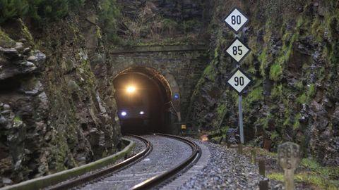 El túnel de Oural es tan estrecho que apenas queda sitio entre los trenes y las paredes