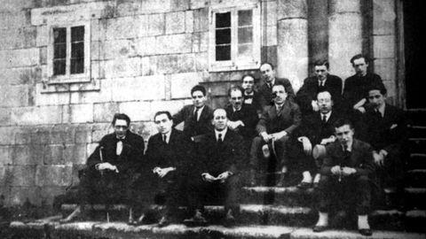 Irmandades da Fala: nacen na Coruña en 1916 e espállanse por Galicia (está foto histórica é da cuarta asamblea, que se celebra en Monforte, e á que asisten Antón Villar Ponte, Castelao ou Antón Losada Diéguez). O movemento nacionalista asume o monolingüísmo en galego. Antón Villar Ponte, principal promotor, comezou a campaña cunha serie de artigos na Voz de Galicia. Disólvense no 1931 e nace o Partido Galeguista