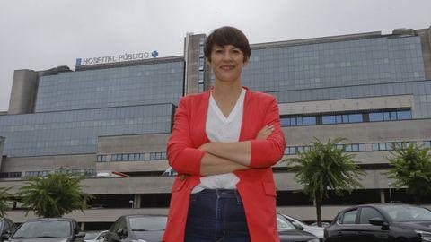 Ana Pontón posa diante dun hospital público para honrar aos sanitarios