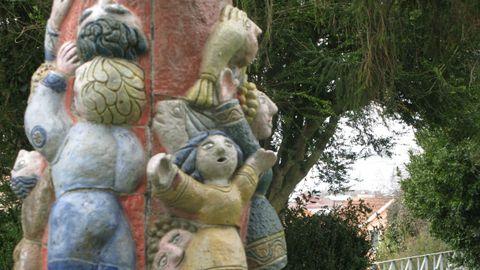 Escultura cerámica de Francisco Pérez Porto, fillo do poeta Xosé María Pérez Parallé, en Fene.