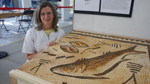 La restauradora Ana González, con la réplica del mosaico romano de Panxón en el que trabaja en el Museo de Pontevedra