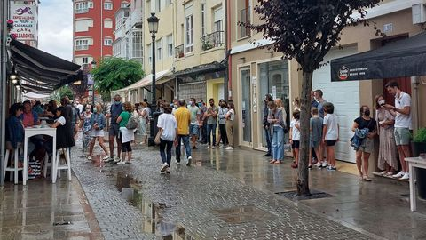 Colas este sábado en Ribadeo para comer en Casa Villaronta, de Ribadeo, situada a la izquierda