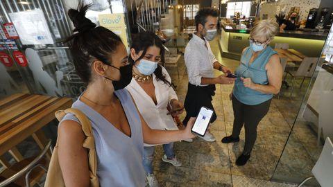 Clientes mostrando sus certificados en la cafetería Ecos
