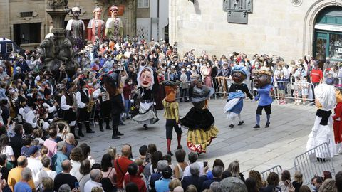 Un grupo de cabezudos baila en la plaza de Praterías