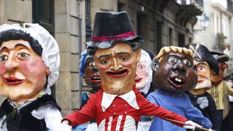 Unos cabezudos desfilan por las calles de Santiago