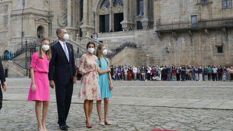Unas doscientas personas, al fondo de la imagen, pudieron entrar en el Obradoiro para ver a los reyes