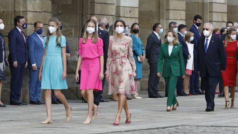 La reina, la princesa de Asturias y la infanta Sofía avanzan por el Obradoiro seguidas de  miembros del Gobierno y del poder judicial