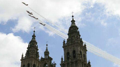 Los aviones de la patrulla Águila se cuelan entre las torres de la catedral compostelana