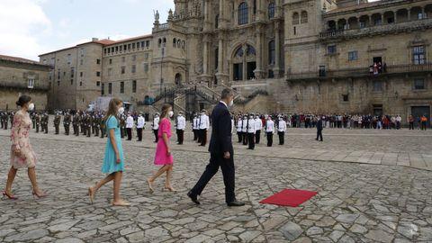 El rey Felipe VI atraviesa el Obradoiro seguido de sus hijas y de la reina Leticia