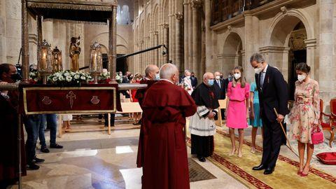 El rey Felipe VI hace una reverencia ante la imagen del Apóstol Santiago mientras presiden la ofrenda al santo. Esta tradición fue instaurada en 1643.