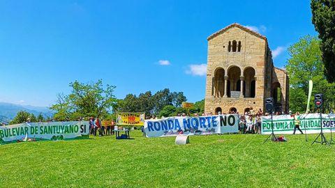 Concentración de asociaciones vecinales en Oviedo el día del medio ambiente